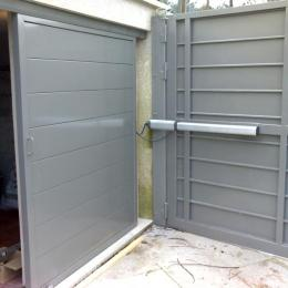 Interior cancela batiente automatizada en aluminio