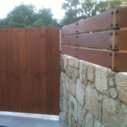 Cancela y cierre en madera con estructura inox