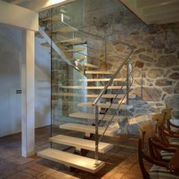 Escalera-barandilla inox y fijo de vidrio