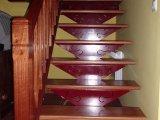 Escalera de acero y barandilla de madera